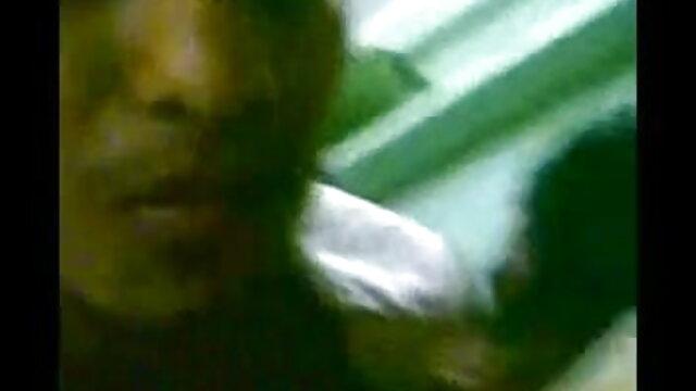 गर्म फुल सेक्सी वीडियो फिल्म शौकिया अश्लील 2 में अधोवस्त्र में शौकिया GF से हैंडजोब